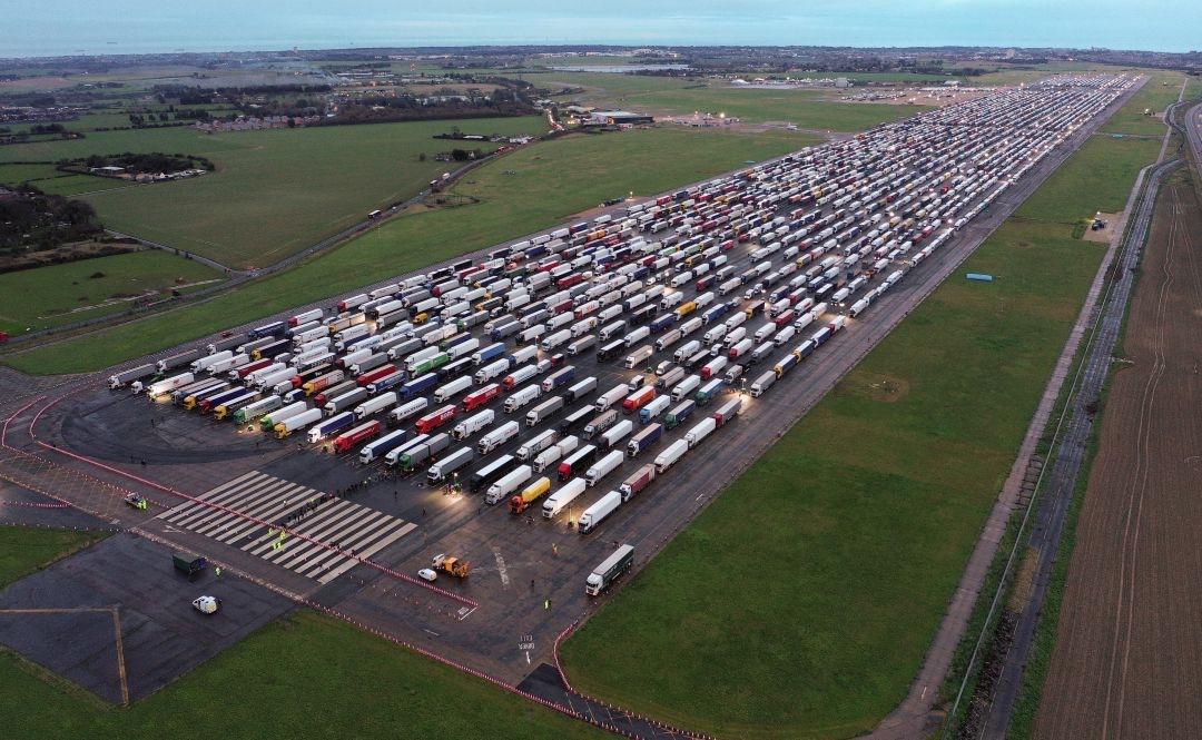 """El #transporte de mercancías sufre un nuevo atropello con el """"bloqueo navideño"""" de 15.000 camiones en la frontera entre Francia y UK"""